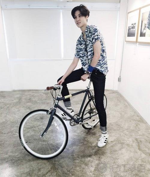 小动物骑着自行车去冒险图片