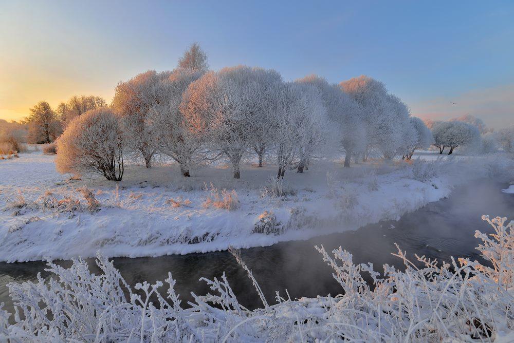俄罗斯的冬季,是冰雪的童话世界。每个地方的雪景都各有特色,你可以去摩尔曼斯克看极光雪景,去彼得堡看欧洲建筑风格的雪景,去莫斯科看红场和庄园雪景,去高加索可以爬雪山而今天小编选取了一些摄影大师拍摄的雪景风光,让我们一起来看看大师眼中的冰雪世界吧!