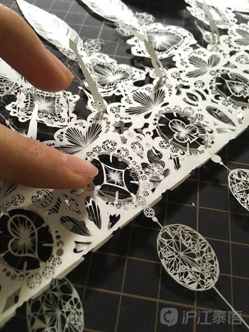 她能将纸张雕刻成美丽的花纹