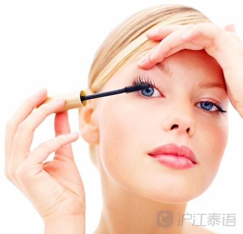 给戴隐形眼镜的女生7个化妆小贴士