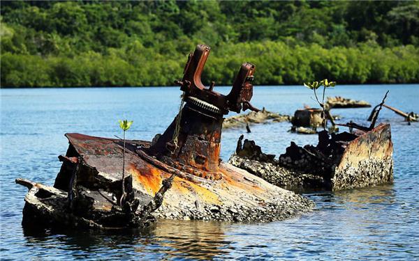 太平洋小岛二战残骸航拍:如同一座水中坟墓