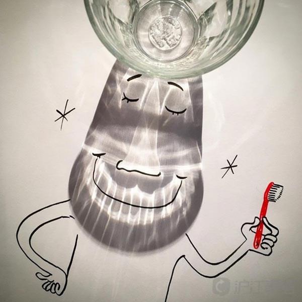 水杯影子下蹑手蹑脚的小偷的图画