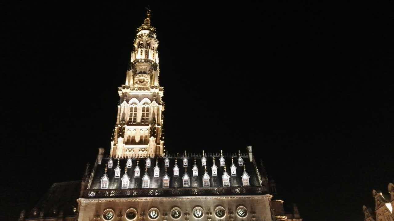 夜晚的古老钟楼