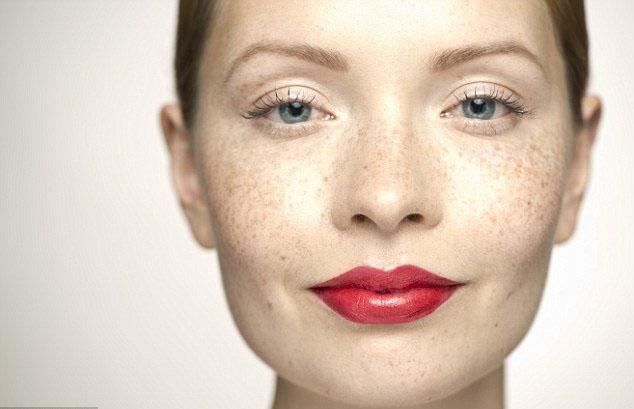 2017年最新流行妆容趋势:大胆唇色,晒伤妆,雀斑妆