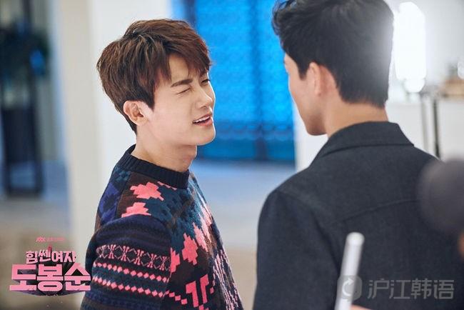 剧中饰演游戏公司年轻ceo安敏赫角色的朴炯植和在前部作品《花郎》
