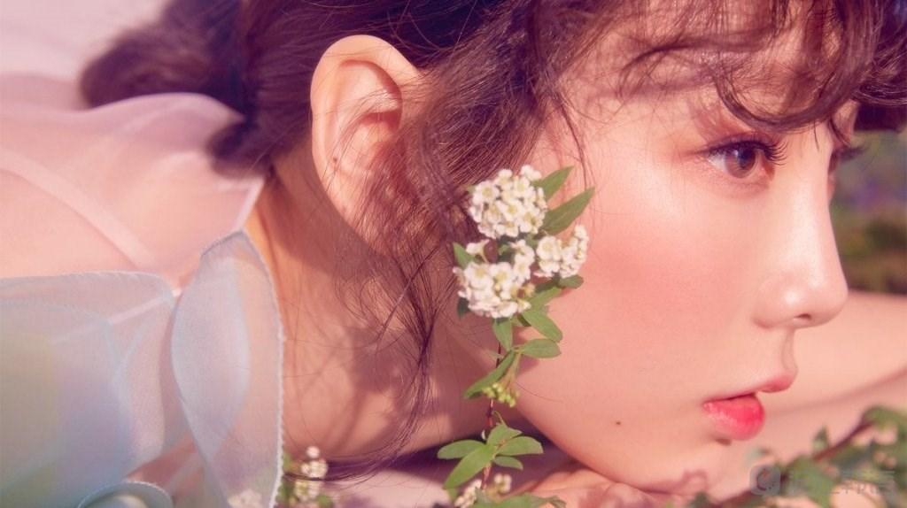 """皱鼻笑的样子,乖巧的泰妍不管任谁看都是典型的""""可爱的少女""""."""