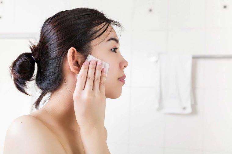 新概念英语  普通肥皂由动物脂肪和盐化合物制成,它会带走你的皮肤上