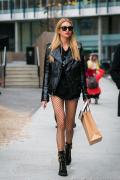 黑色皮衣搭配卫衣 叠穿混搭更显时尚