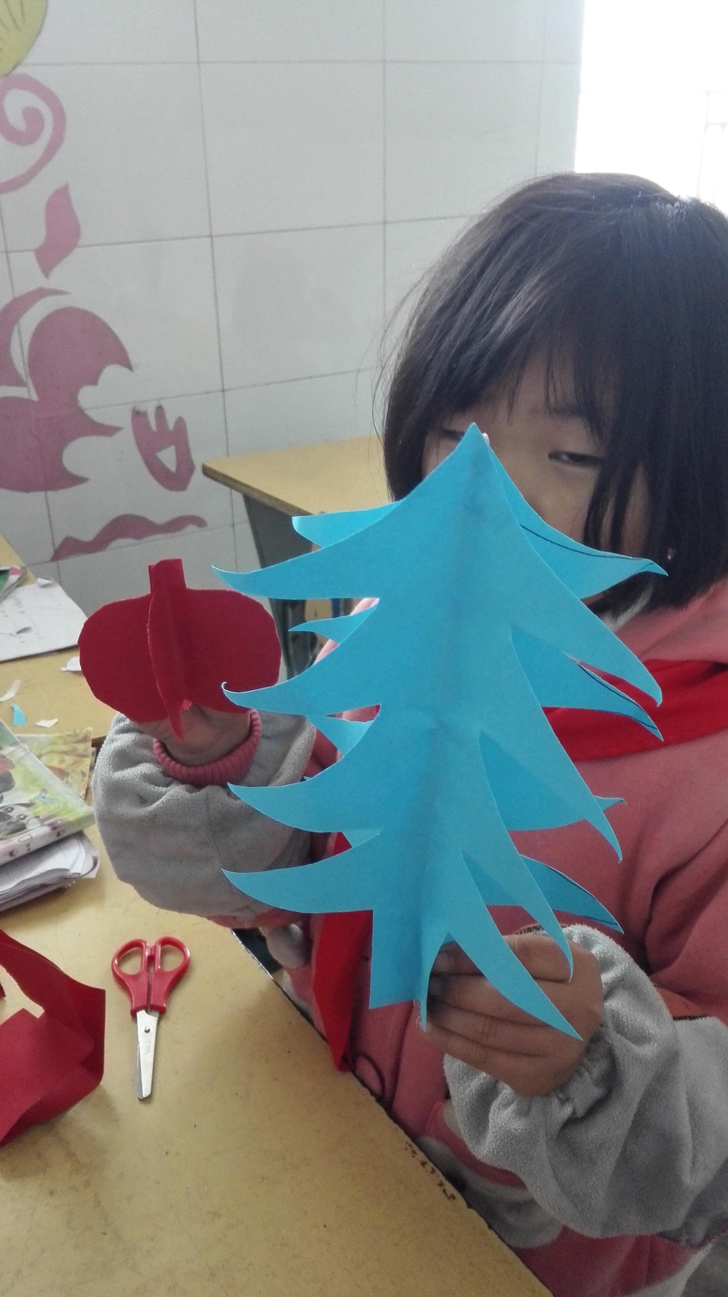 民族小学二年级美术《对称剪纸》作品