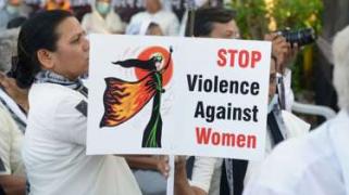 """2016.11.04【英译中】印度女子遭到轮奸,警方问其""""欢爱""""问题"""