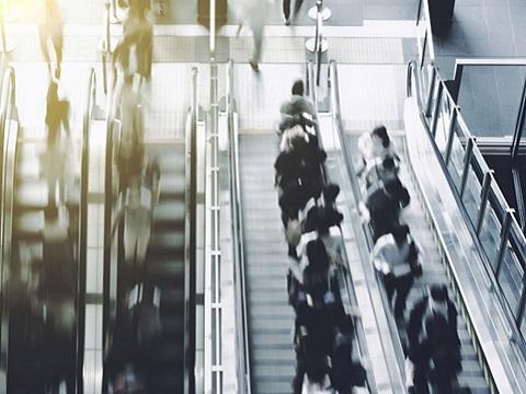 全国靠左站,关西靠右站,关西的自动扶梯文化为何不同?