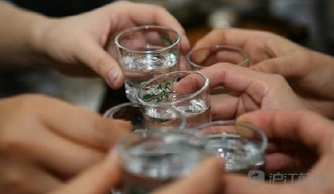见,一般出现在公司聚餐上.在众人一起准备干杯喝酒的时候,大喊(
