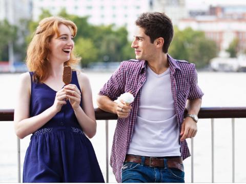 男生女生约会,女生到底应不应该掏钱?
