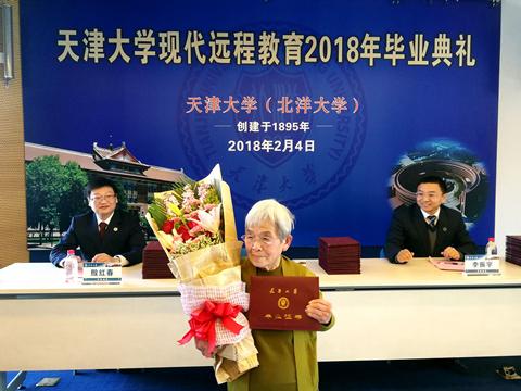 81岁学霸奶奶本科毕业,竟然还会五国语言?