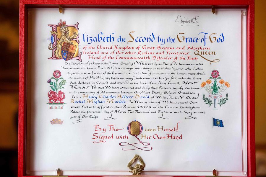 梅根哈利王子的准婚证 美丽细节很精致!