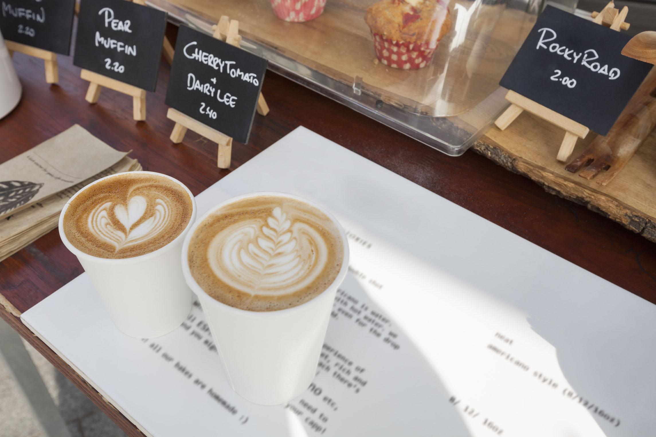 一词:为什么星巴克总用白杯子装咖啡?这是个心理学花招
