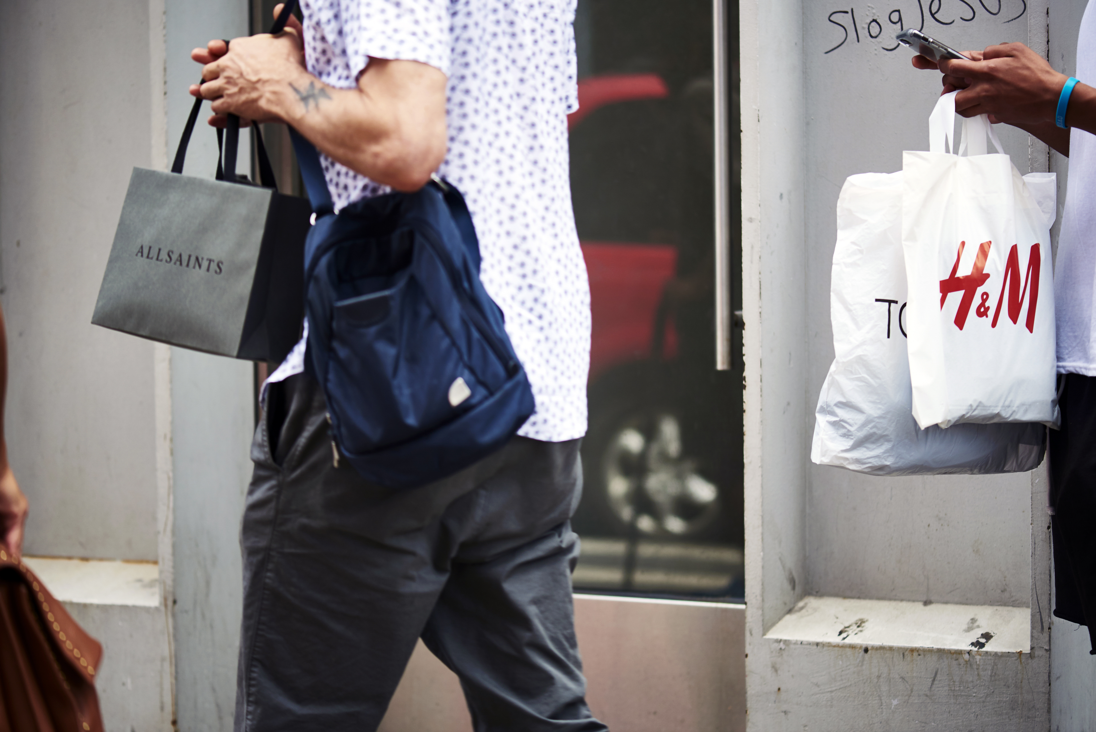 一词:H&M开始卖别的牌子的衣服了,是自己不行了吗?