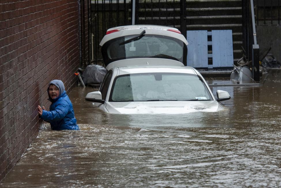 英国遭遇历史级大风暴,洪水肆虐